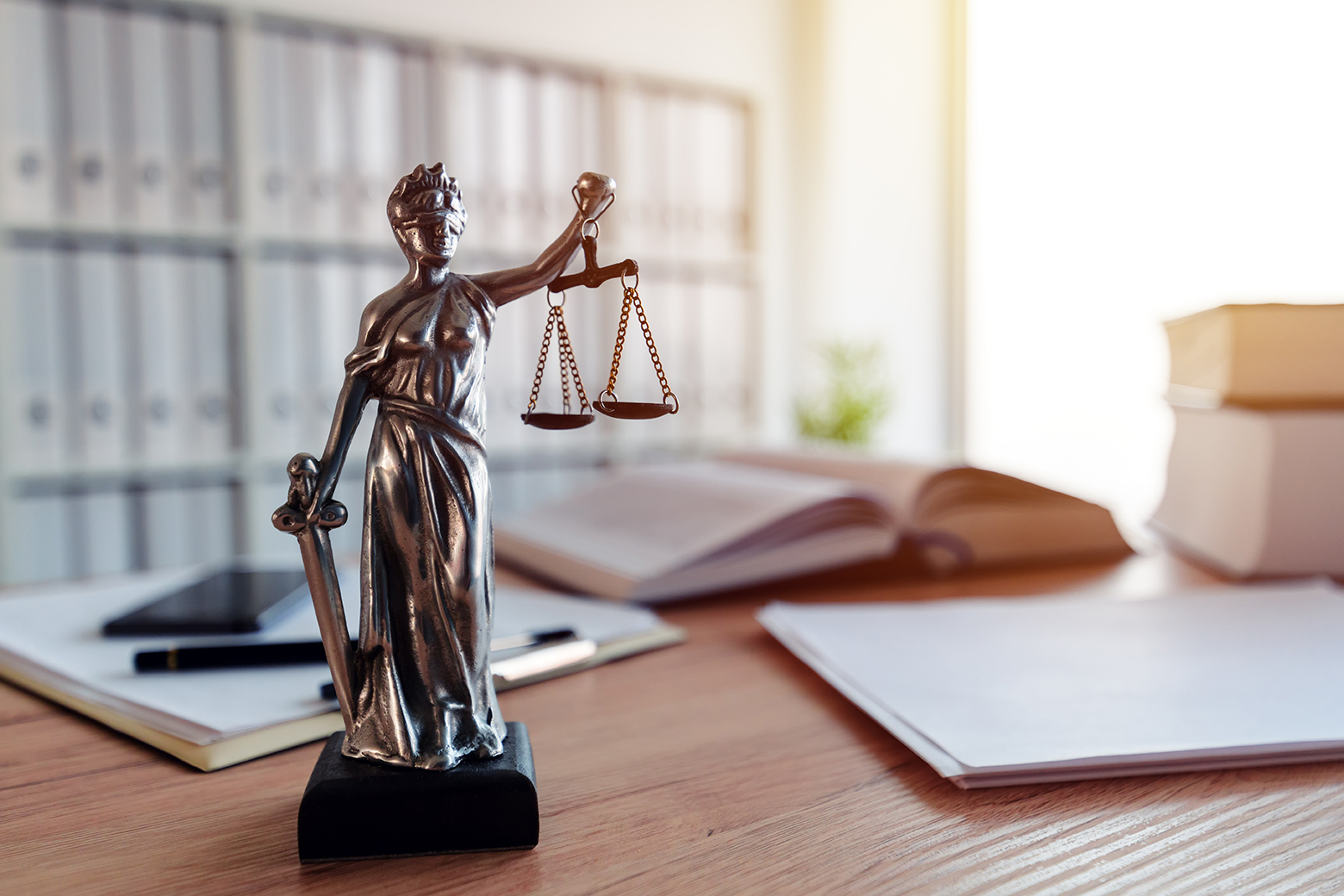 Justitia auf Schreibtisch